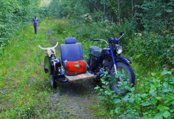 Вот такой подарок повесили ребята приблудившемуся мотоциклу, правда перед возвращением хозяев всеже его убрали.