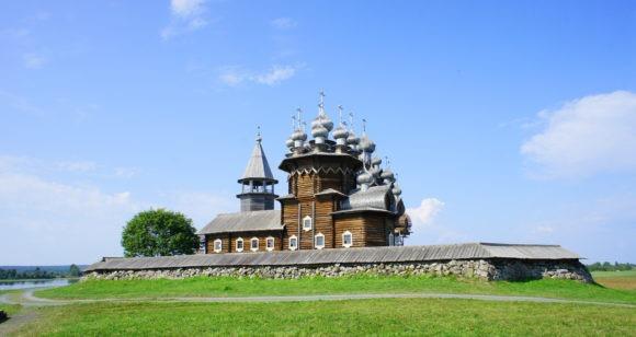 На переднем плане церковь Покрова Богородицы.