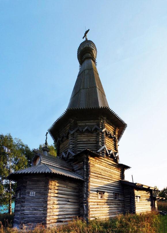 Церковь Александра Свирского расположена в центре села Космозеро, являясь его композиционным ядром и архитектурной доминантой. Построена по заказу и на средства Санкт-Петербургского купца Ф.Попова. Первоначально церковь была зимняя и входила в архитектурный ансамбль, включавший помимо неё летнюю Успенскую церковь (1720 г.) и пристроенную к ней в 30-х годах XIX в. колокольню. Эти постройки сгорели в 1942 г.