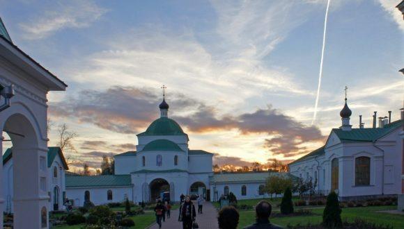 Надвратная церковь Кирилла Белозерского начали строиться в 1810 году, но недостаток средств задержал строительство. Храм возведен в окончательном виде только в 2005 году.