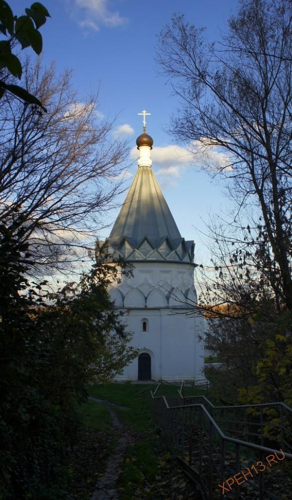 Церковь Козьмы и Демьяна, 1564 г. Местные предания связывают возведение церкви с именем Ивана Грозного. По одной легенде, с холма, где стоял храм, царь обозревал свои войска, переправлявшиеся за Оку. По другому сказанию, Иван Грозный жил здесь в шатре и сильно простудился, а по выздоровлению велел выстроить новый храм во имя Козьмы и Дамиана, считавшихся целителями душ и телес людских. Но красивые предания не более чем вымыслы, т.к. по историческим документам достоверно известно, что храм возвели на «мирские» деньги, т.е. средства живших здесь посадских людей. Строителями храма, по мнению некоторых исследователей, могли стать псковские мастера Барма и Посник. Уникальность Козьмодемьянской церкви заключалась в ныне утраченном шатровом завершении. Высокий шатер рухнул 6 апреля 1868 г. из-за ветхости. После разрушения шатра уцелевшие иконы и утварь перенесли в близ лежащую Смоленскую церковь, которая и стала преемником древнего храма. Долгие десятилетия церковь Козьмы и Демьяна стояла пустой. В 2009 году начались восстановительные работы.