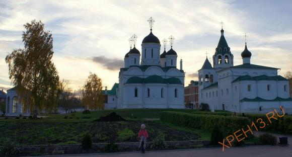 Справа Покровский храм с трапезной возведен в 1691 году. Храм был закрыт в 1918 году. Богослужения возобновились в 1998 году. Сейчас ведутся ремонтные работы.