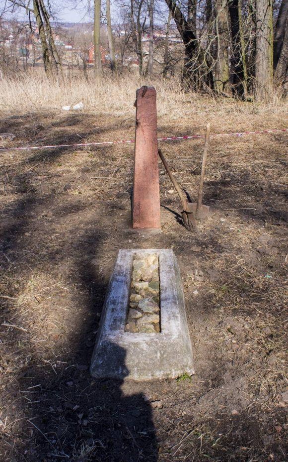 На территории усадьбы есть вот такой памятник без каких-либо надписей, сверху привязана георгиевская ленточка. Какой-либо информации по нему мне найти не удалось.