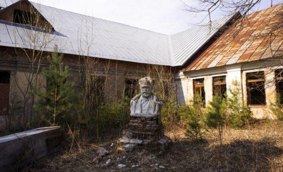 Рядом с клубом одинокий бюст Чайковского.