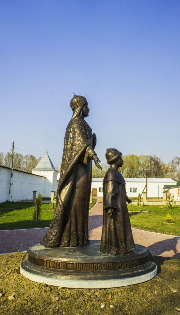 Перед входом в монастырь в установлен памятник царице Евдокии и её сыну Алексею Романову. На территории захоронены ее родители.