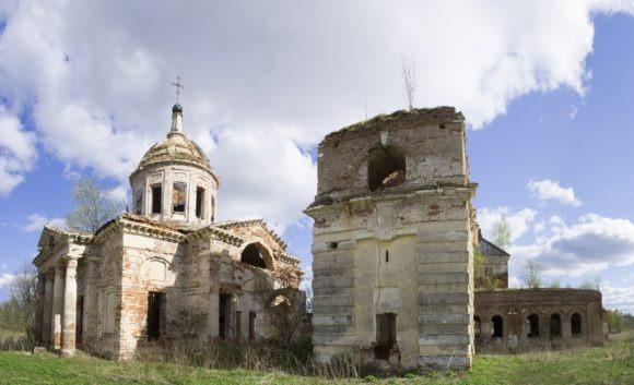 Слева церковь Воскресения Христова в стиле ампир с отдельно стоящей колокольней, 1820.