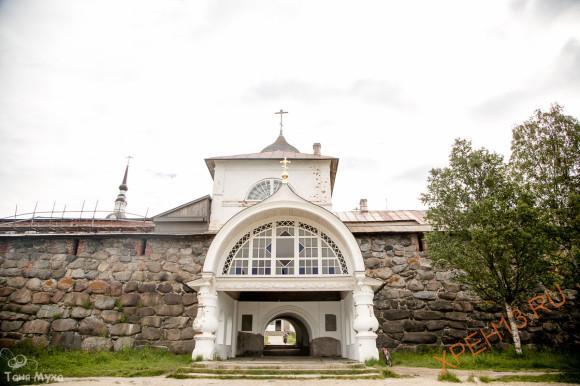 Святые ворота, с надвратной Благовещенской церковью, возведены в 1596-1601 гг. старцем Трифоном.