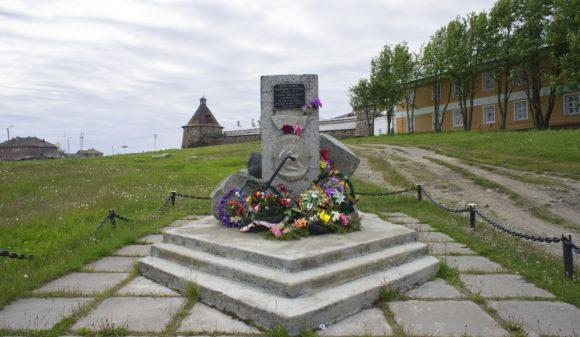 Воспитанникам соловецкого учебного отряда СФ и школы юнгов ВМФ, погибшим в годы Великой отечественной войны.