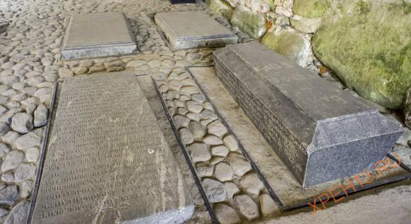 Надгробные плиты все под крышей.