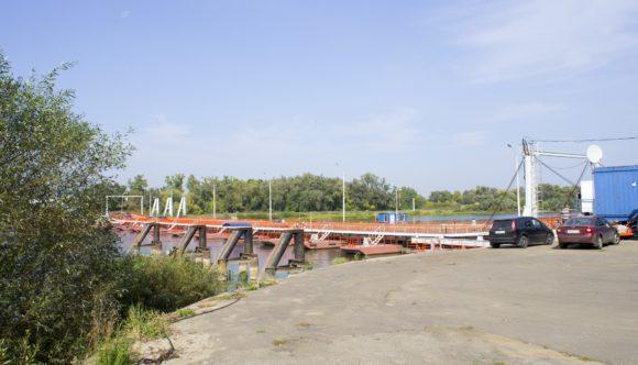 Разводной понтонный мост через реку Ока близ Озёр.