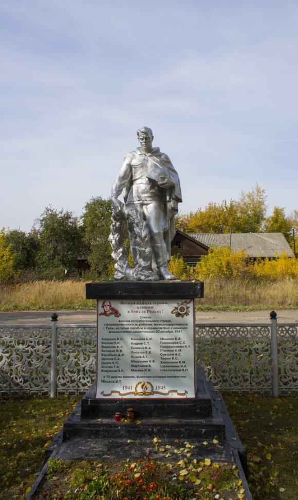 Около станции Черепеть братская могила более 100 воинов истребительного отряда, сформированного из рабочих-железнодорожников г. Тулы, павших в неравном бою 20 октября 1941 года.