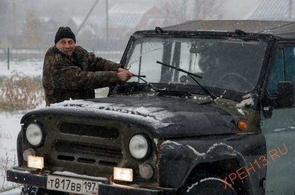 Игорь упорствовал и просто заменить трапецию на новую отказывался - чинил старую. В итоге решил ехать с одним работающим водительским дворником.