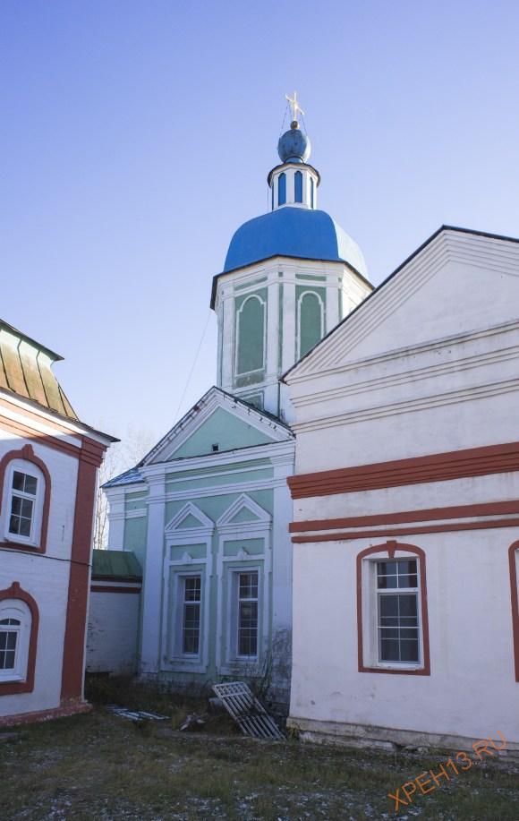 Если уйти в дальний правый угол, то можно обнаружить незаметную церковь Сретения Иконы Божией Матери Владимирская, 1780-1782. Ее деревянная предшественница была первым храмом монастыря.