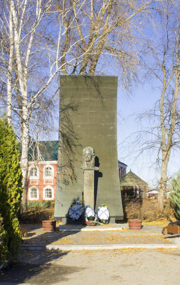 Памятник Ф.Ф. Ушакову - надутый ветром парус.