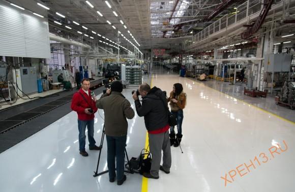 Сергей дает интервью корреспондентам местного телевидения.