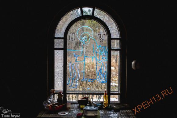 Эркер рядом с кухней. В витраже Толин друг нарисовал Макария Унженского - покровителя Погорелово. День его памяти, 7 августа - престольный праздник Погорелово. Хотя деревня давно уже вымерла, окрестные жители все еще помнят о празднике -