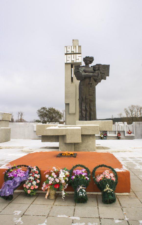 Вечный огонь на мемориальном комплексе.