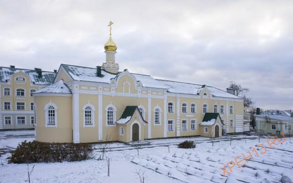 Церковь Иконы Божией Матери Целительница - домовая церковь при монастырской больнице, устроенной в здании бывшей школы, построенной в советское время на закрытом монастырском кладбище, 2008 г.
