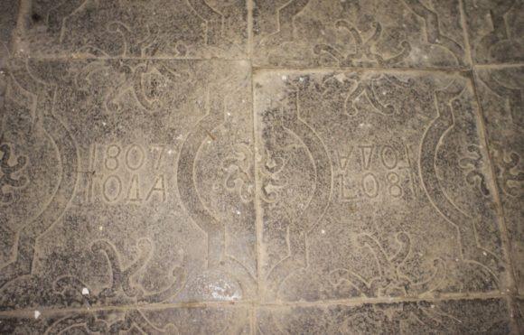 Плитки на полу.