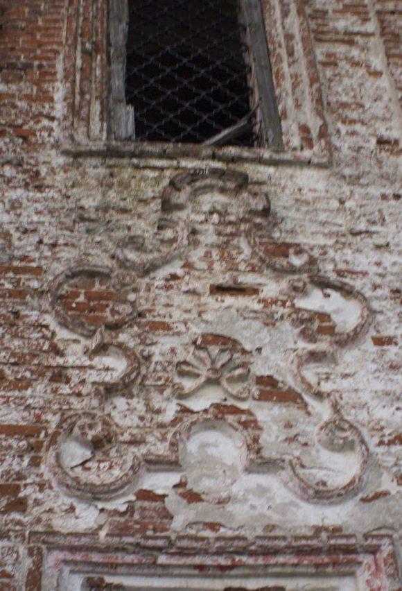 делающих храмы этого типа столь непохожими на другие, являются декоративные орнаменты в стиле барокко, образованные невысоким кирпичным рельефом и называемые картушами (в переводе с французского - орнаментальный завиток). Здесь, в Николо-Чалове, картуши можно увидеть в их полной красе