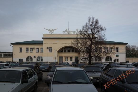 Рядом с ним старое здание, сейчас в нем находится отдел кадров УАЗа.