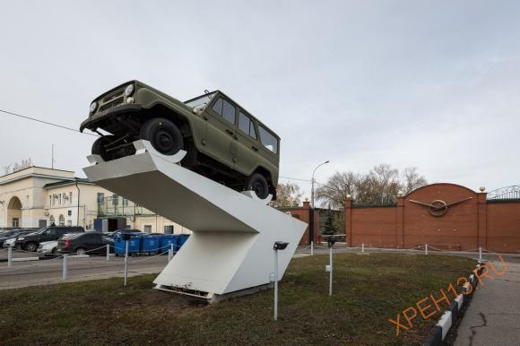 Памятник автомобилю УАЗ-469 у главного въезда на территорию завода.