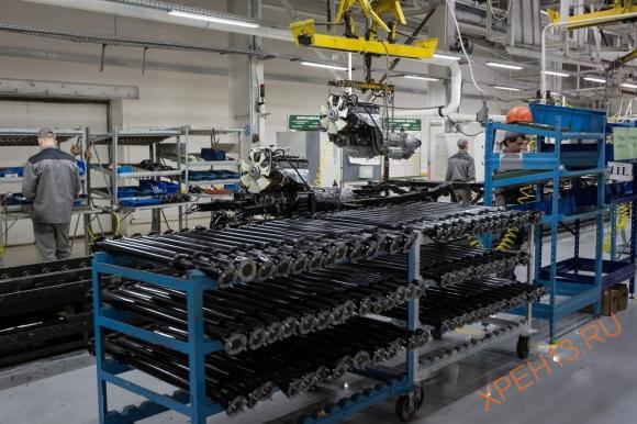 После установки мостов рама переворачивается, на неё устанавливается двигатель в сборе с коробкой передач и раздаточной коробкой. Прикручиваются карданные валы.