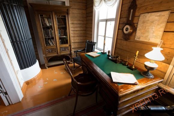 Стол с письменным прибором, за которым работал отец Ленина.