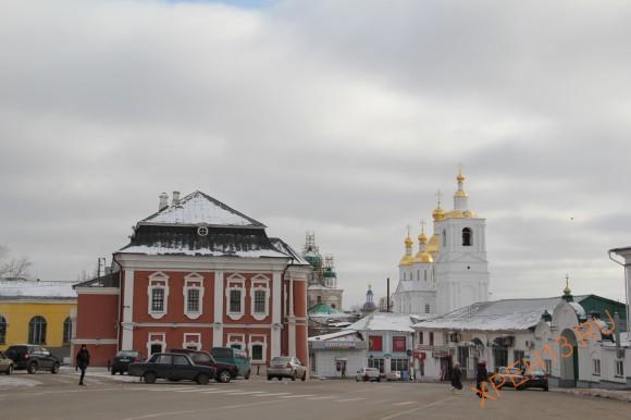На переднем плане ратуша, она же здание магистрата, сер. XVIII в.
