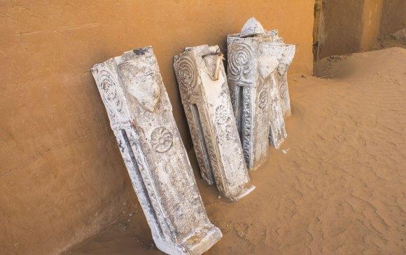 По дороге нам попадаются муляжи старинных надгробий.
