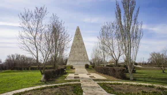 Астраханская область, пирамида Голода. Весна 2015.