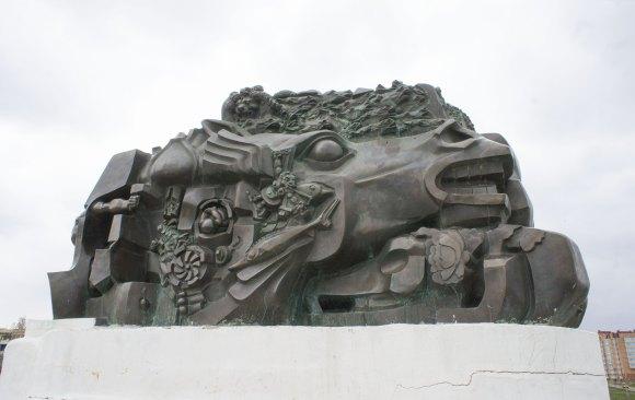 """Памятник """"Исход и возвращение"""" был открыт 29 декабря 1996 года в память о депортации калмыцкого народа в 1943 году и жертвах сталинских репрессий. Архитектором является С. Курнеев, скульптор - Эрнст Неизвестный. Памятник отлит из бронзы в Нью-Йорке."""
