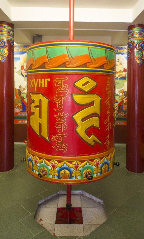В центре ступы установлен барабан.молитвенный барабан, заполненный 50-ю миллионами мантр ОМ МАНИ ПЕМЕ ХУНГ