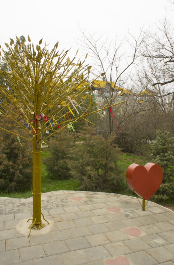 Еще рядом есть дерево влюбленных - у нас замки вешают обычно на мосты, тут на дерево.
