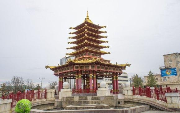 Пагода Семи Дней — Название пагоды связано с семью буддами, пришедшими в наш мир. Остроконечный шпиль пагоды, называемый «ганджир», символизирует выход из сансары и достижение нирваны. В корпусе пагоды размещён молитвенный барабан диаметром 1,2 метра и высотой 1,8 метра. Барабан подарен в дар Калмыкии ламами тантрического монастыря Гьюмед в Индии в день 70-летия Его Святейшества Далай-ламы XIV. Барабан весит 2 тонны и на нём нанесены золотыми буквами надписи мантры «Ом мани падме хум» на тибетском языке, санскрите и калмыцком языке азбукой тодо-бичиг. В барабан заложены 75 миллионов мантр «Ом мани падме хум».