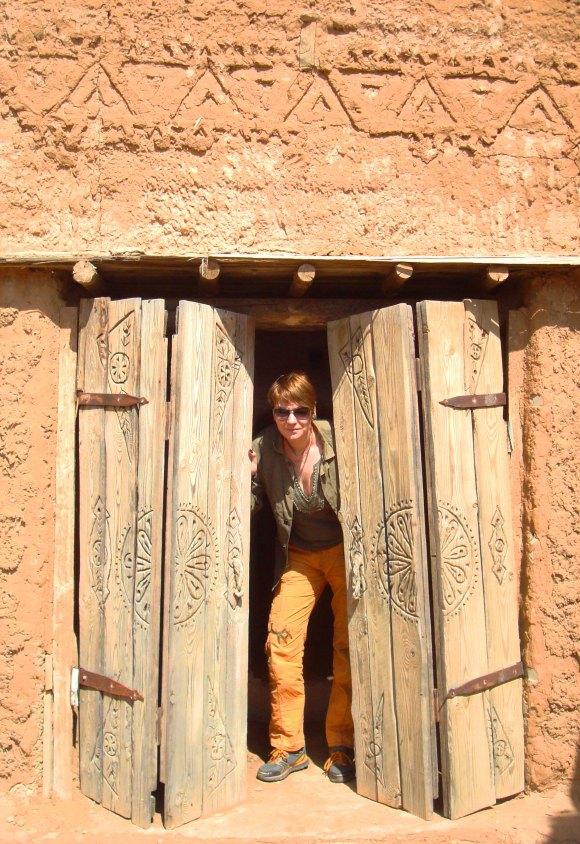 Кстати, некоторые детали очень даже ничего - например, деревянные двери и наличники все с искусным не повторяющимся узором.