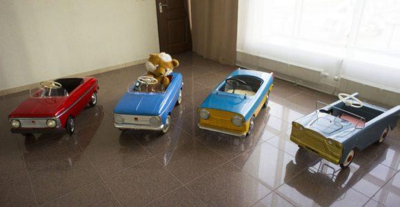 Детские педальные автомобили Москвич производства АЗЛК, справа - детский педальный автомобиль Нева производства завода ЛАЗ.