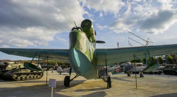 """Советская """"летающая лодка"""" - гидросамолет МБР-2 (морской ближний разведчик), который использовался в армии в 1930-е годы. Он создан из дерева, которое требовало регулярной просушки. После каждого вылета приходилось выталкивать самолет на сушу и обкладывать корпус самолета песком, который для этого прогревали с помощью костров на побережье."""
