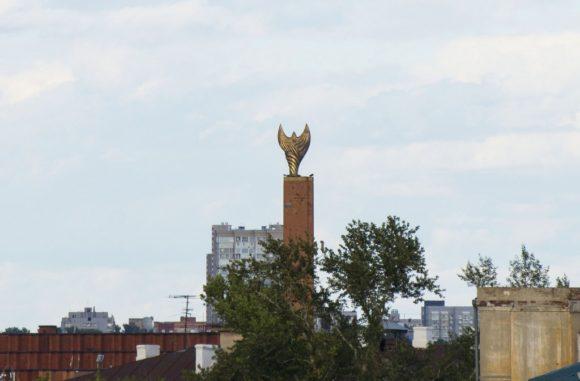 Стела «Хоррият». Открытие монумента в 2006 году было приурочено к 6-летию дня Независимости республики Татарстан. У слова «хоррият» имеется несколько значений — вольность, подъем и независимость духа. Именно так назвали высокий обелиск матери-прародительницы Вселенной, супруги небесного божества Тангрэ и героини татарских сказок — птицы удачи, которая, бросая свою тень на человека, делает его счастливым. Скульптурная композиция отлита из бронзы, ее вес 6 тонн, размах крыльев более 5 метров, общая высота стелы 40 метров.