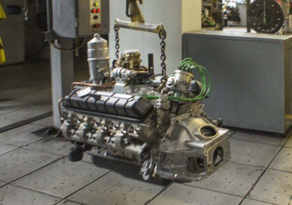 Операция перемещения двигателя со II на III сборочный конвейер