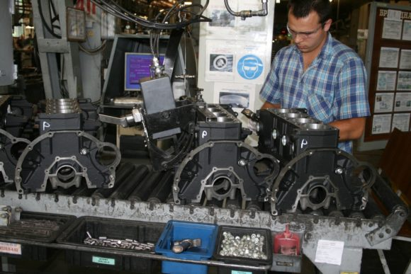 Операция нанесения идентификационного номера двигателя на сборочном конвейере по сборке двигателей модели 406.10, 405.10, 409.10
