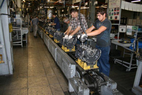 """Двигатель начинают собирать """"снизу"""": вначале устанавливают коленвал, маховик, поршневую группу, затем двигатель переворачивают и собирают верх."""