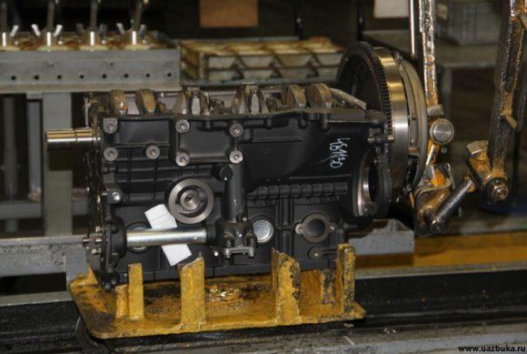 Двигатель ЗМЗ 40905.10 на спутнике I сборочного конвейера. На каждый двигатель прикреплены бумажки. Не спросил, что это такое. Может записки будущим владельцам? :)