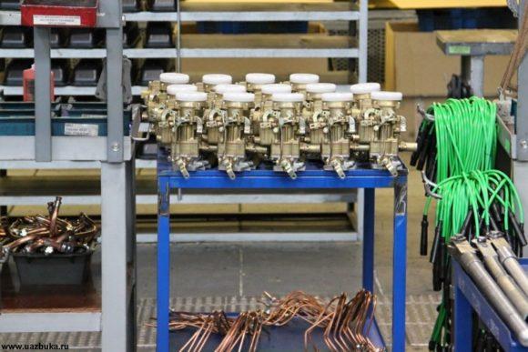 Карбюратор двигателя ЗМЗ 52342.10. Непонятно, но каким то непостижимым образом конструктора завода привели в соответствие экологические нормы нормы выброса вредных веществ карбюраторного двигателя ЗМЗ 52342.10 к нормам ЕВРО-4