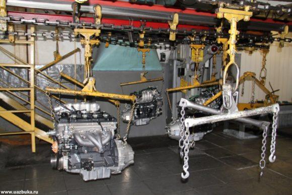 Транспортировка двигателей на подвесном конвейере с участка сборки на участок испытания двигателей