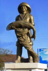 Памятник рыбаку в Аральске действительно есть