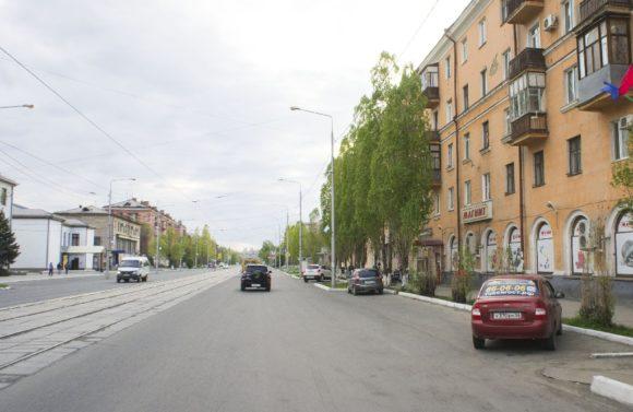 Широкие улицы с добротной сталинской застройкой, клумбы с цветами, очень мало машин и много гуляющих людей.