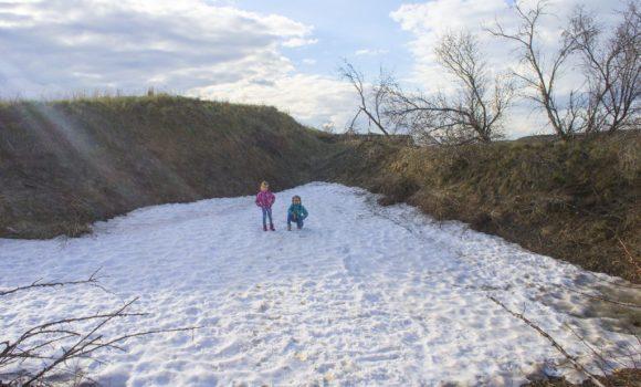 Ехали туда, где должно быть тепло (ну мы так недадеялись), а тут снег лежит.