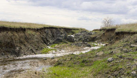 Нужно было переехать вот такую речку с отвесными берегами.