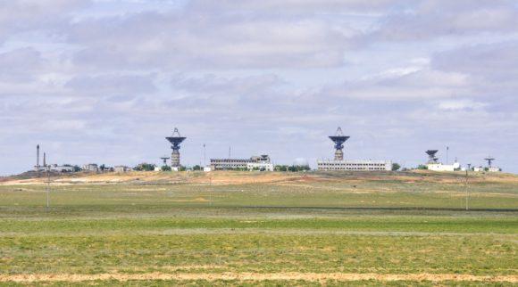 С противоположной стороны шоссе виднеется российский космодром.
